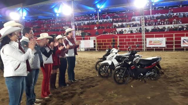 Comissão organizadora doou 4 motos para entidades do município