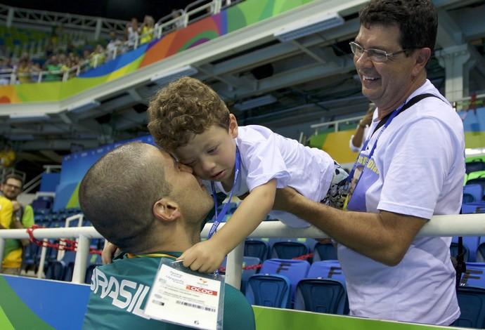 natação Daniel Dias filho arquibancada (Foto: Alexandre Urch / MPIX/CPB)