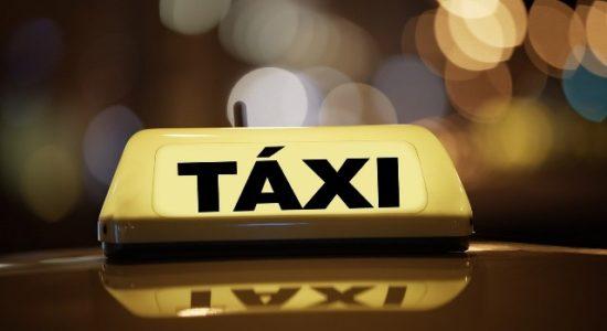Assaltantes levaram o carro, celular e um talão de cheques do taxista