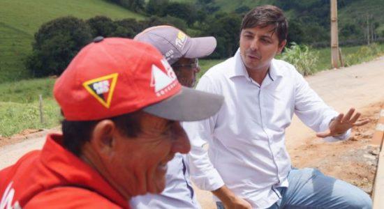 Prefeito de Camanducaia, Edmar Dias (à direita), conversa com os responsáveis pela execução das obras