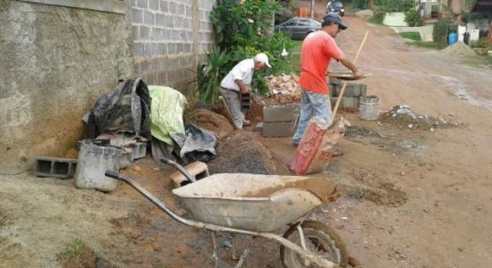 Construção de bueiros na Rua Saturno