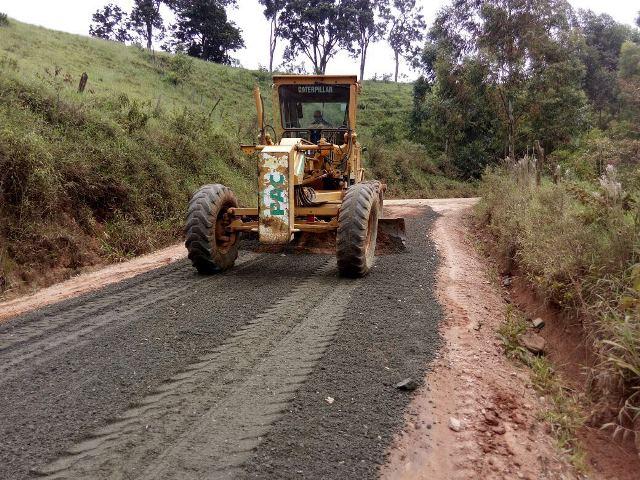 Manutenção com bica corrida na estrada que liga o Pinhalzinho a São Mateu