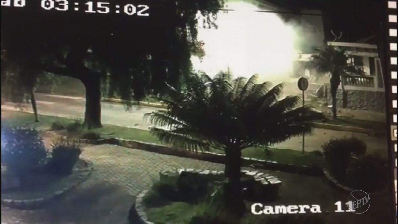 Imagens mostram agência bancária sendo explodida em Camanducaia