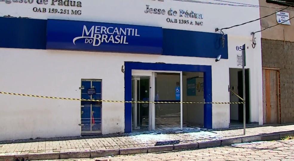 Agência bancária ficou destruída após ataque de assaltantes em São Sebastião do Paraíso, MG, no dia 6 de junho (Foto: Reprodução/EPTV)