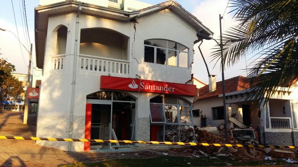 Em tentativa de roubo, quadrilha explodiu cofre e destruiu prédio de agência bancária em Camanducaia (MG) neste sábado (10) (Foto: Luiz Carlos de Souza)
