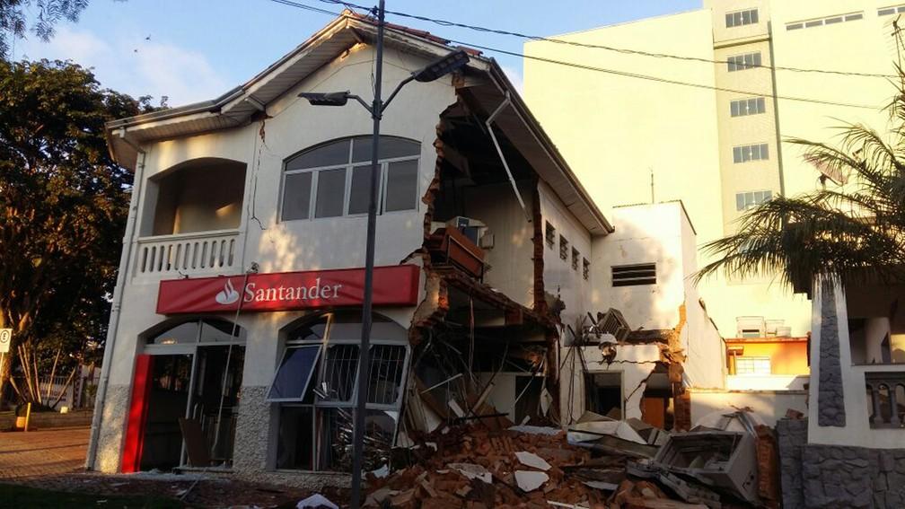 Uma parede inteira do prédio de dois andares que abriga banco caiu neste sábado (10) em Camanducaia, MG (Foto: Luiz Carlos de Souza)