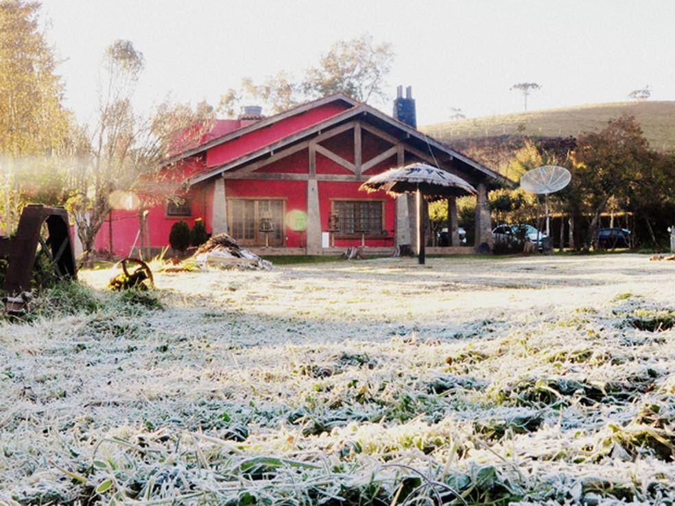 Casa em meio à geada em Maria da Fé parece estar na Europa (Foto: Leonardo Bueno / Arquivo Pessoal)